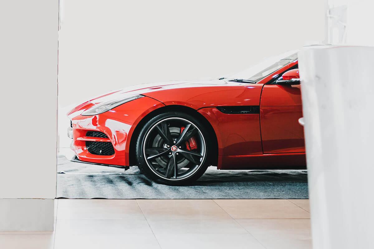 Punane auto ja soodsad rehvid.